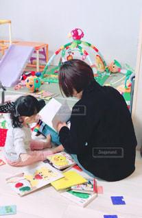 後ろ姿,室内,子供,女の子,背中,人,後姿,絵本,おばあちゃん,Snapmart,興味,教育,読み聞かせ,写真素材,フォトコンテスト