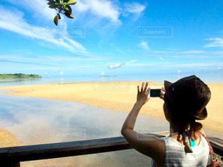 自然,海,青空,後ろ姿,沖縄,女の子,観光,背中,リラックス,人,後姿,Snapmart,西表島,休暇,満喫,写真素材,フォトコンテスト