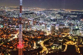 夜のライトアップされた街の写真・画像素材[1683963]