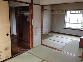 大きな窓付きの部屋の写真・画像素材[1400626]