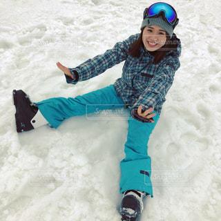 雪の中に座っている少女の写真・画像素材[1712981]