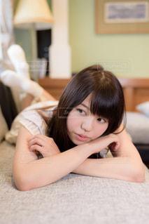 ソファの上で横になっている少女の写真・画像素材[1623072]