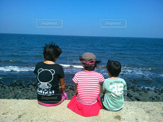 海を眺めてる子供達の写真・画像素材[1606018]