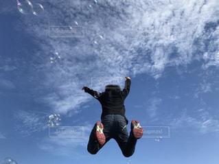 空飛ぶ男の子の写真・画像素材[1608853]