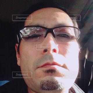 メガネとカメラを見て男の写真・画像素材[912304]