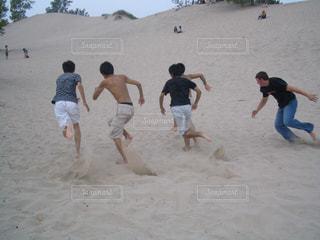 屋外,ビーチ,砂浜,走る,外国,青春,カナダ,親友,友人,可能性,明るい未来,ビーチフラッグ