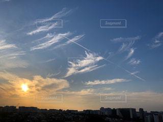 飛行機雲と夕陽の写真・画像素材[2448838]