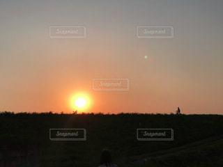夕日に向かって走る自転車の写真・画像素材[3397009]