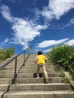 階段を登る男の子の写真・画像素材[4567395]