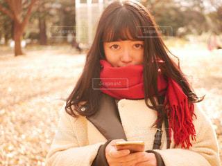公園でスマホを使う女の子の写真・画像素材[1695043]