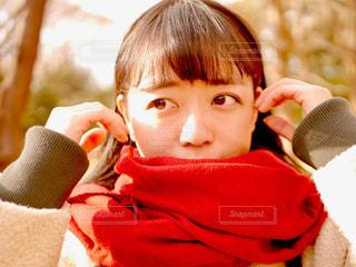 赤いマフラーをした女の子の写真・画像素材[1695198]