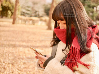 スマホを使う女の子の写真・画像素材[1695494]