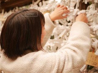 おみくじを結ぶ女の子の写真・画像素材[1769146]