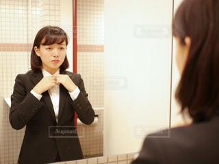 鏡の前で身だしなみを整える女性の写真・画像素材[1885853]