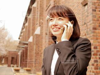 電話で話す女性の写真・画像素材[1885883]