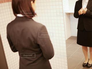 鏡の前に立つスーツの女性の写真・画像素材[1886177]