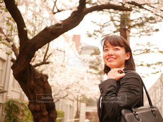 桜と女子大生の写真・画像素材[1886315]