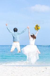 カップル,ビーチ,ジャンプ,結婚,未来,記念日,ウエディング,可能性,イベント・行事