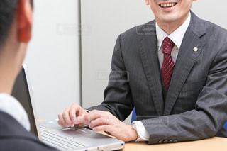 スーツとネクタイを着ている人の写真・画像素材[2338464]