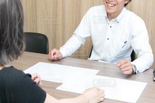 テーブルに座っている人々のグループの写真・画像素材[2772190]
