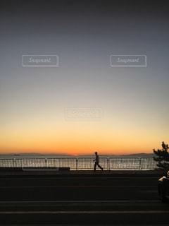 水域に沈む夕日の写真・画像素材[2859443]