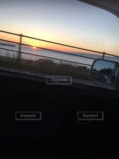 男性,恋人,海,空,夕日,太陽,夕暮れ,車,光,ミラー,ドライブ,車両,海岸線,自動車用サイドミラー