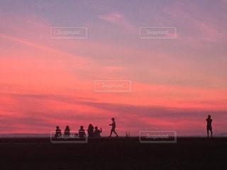 友だち,5人以上,風景,空,ピンク,太陽,雲,夕暮れ,景色,光,サンセット,日中