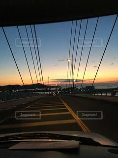 空,夕日,橋,屋外,太陽,夕焼け,夕暮れ,車,車内,夕方,光,通勤,ドライブ