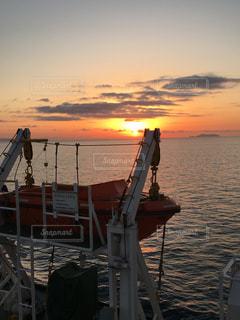 海,空,屋外,湖,太陽,朝日,ボート,夕暮れ,船,水面,光,日の出,早朝,初日の出