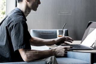 コンピュータを使う男性の写真・画像素材[2964769]