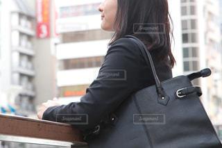 建物の前に立っている人の写真・画像素材[2979092]