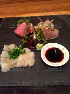 テーブルの上に食べ物のプレートの写真・画像素材[1651586]