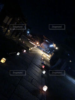 夜のライトアップされた街の写真・画像素材[1704499]