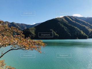 背景の山と水体の写真・画像素材[1611064]