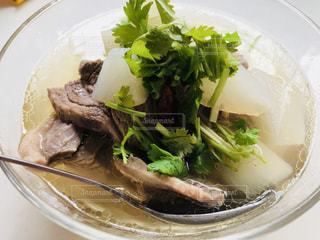 肉と野菜をトッピング白プレートの写真・画像素材[1641874]