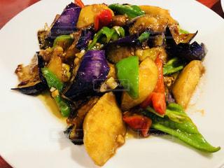肉と野菜をトッピング白プレートの写真・画像素材[1641963]