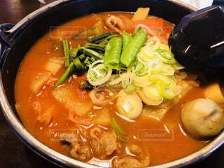スープとスプーンのボウルの写真・画像素材[1705043]