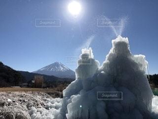 背景の山と雪の山の写真・画像素材[1779775]
