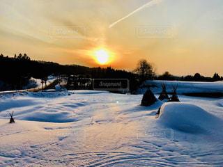 雪の覆われた斜面に沈む夕日の写真・画像素材[1817489]
