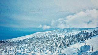 雪に覆われた山の頂上に立っている人々 のグループの写真・画像素材[1817502]