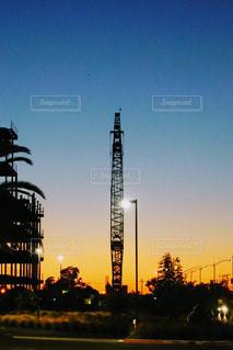 アウトドア,空,夕日,赤,青,夕焼け,鉄塔,タワー,建造物,夕陽,グラデーション,茜