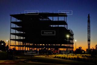 アウトドア,空,夕日,赤,青,夕焼け,鉄塔,タワー,建造物,夕陽,グラデーション,鉄筋,建築中,骨組み,茜