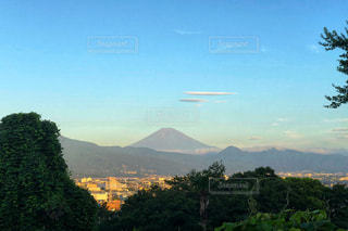 背景の山と木の写真・画像素材[1414688]