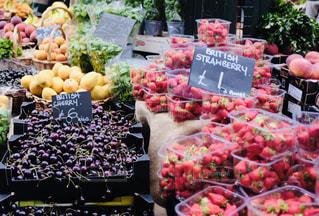 フルーツスタンドに展示される様々な果物や野菜の写真・画像素材[2368135]