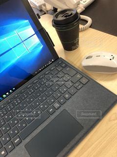 テーブルの上に座っているラップトップ コンピューターの写真・画像素材[1663662]
