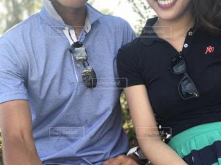 ポロシャツ、サングラスと同じようなアイテムを偶然にも身につけるの写真・画像素材[1628993]