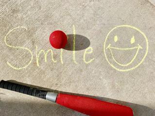 文字,屋外,赤,Smile,ボール,笑顔,地面,チョーク,メッセージ,野球,手書き,言葉,手書き文字