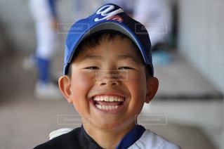 帽子をかぶって、カメラで笑顔の小さな男の子の写真・画像素材[1615050]