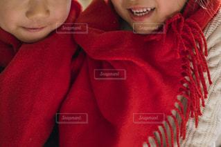 近くに赤いシャツを着ている子のアップの写真・画像素材[1685900]