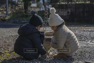草の中に立っている小さな男の子の写真・画像素材[1750237]